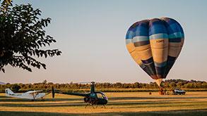 ultraleggero, elicottero e mongolfiera nel parcheggio dell'Aviosuperficie di Sibari