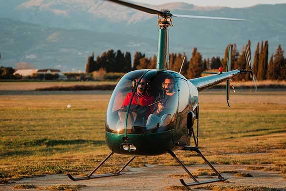 allievo ed istruttore di volo in fase di decollo dell'elicottero