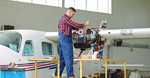 tecnico Sibarifly esegue intervento di riparazione su velivolo