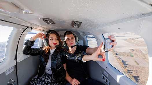 giovane coppia fa un selfie durante il battesimo del volo