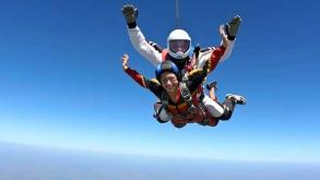 lancio in tandem con istruttore di paracadutismo