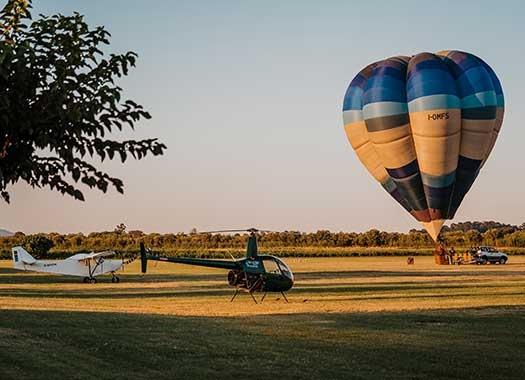 ultraleggero, elicottero e mongolfiera nel parcheggio di sosta Sibarifly