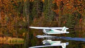 idrovolante atterra sul lago